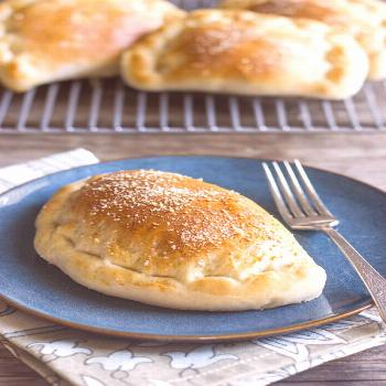 Homemade calzones with Italian sausage and mozzarella - delicious little cuisine Homemade calzones
